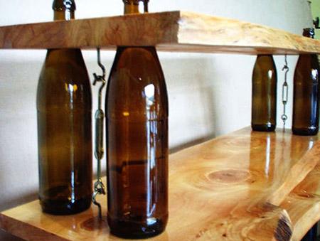 Manualidades con botellas de vidrio y pl stico - Estanterias para botellas ...