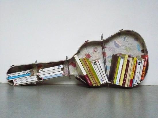 Biblioteca con funda de guitarra