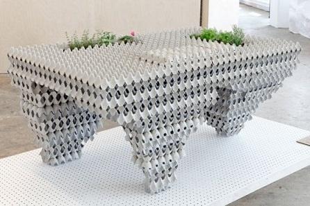 Mesa para salón con cajas de huevos recicladas