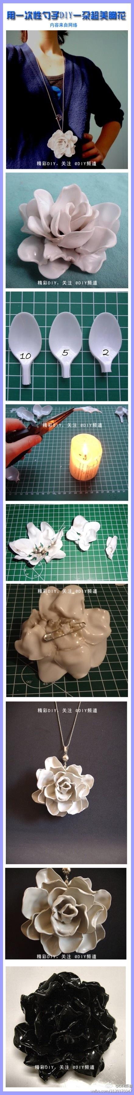 Colgante de rosa con cucharas de plástico