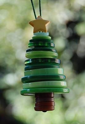 Adorno arbolito de Navidad con botones reciclados