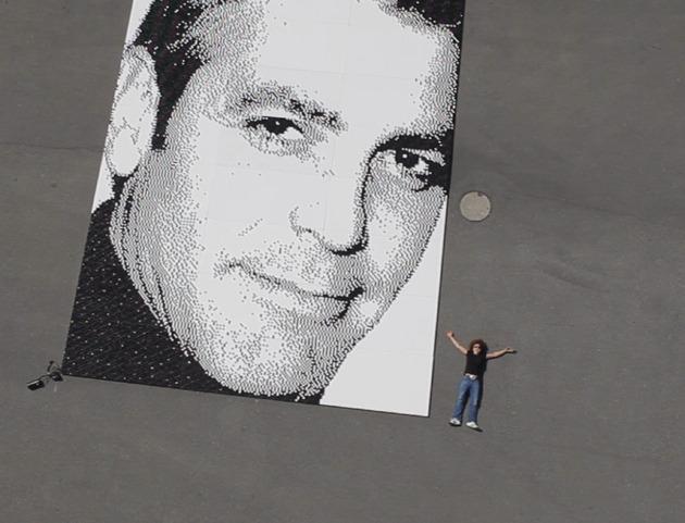 Retrato gigante de George Clooney con nespresso