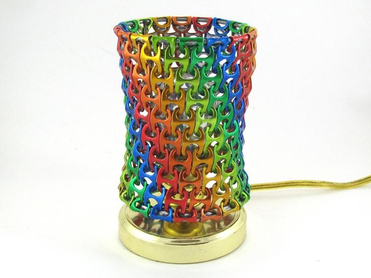 Lámpara mesita de noche con chapas de latas de colores