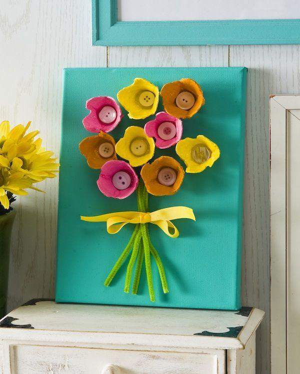 Cuadro con flor de cajas de huevos y botones