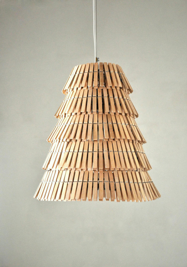 Lámpara clásica de techo hecha con pinzas de madera de ropa viejas