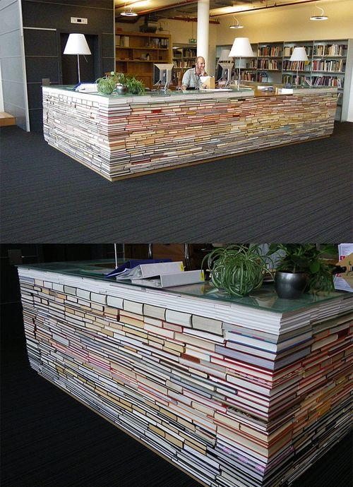 Mostrador de tienda hecho con libros viejos