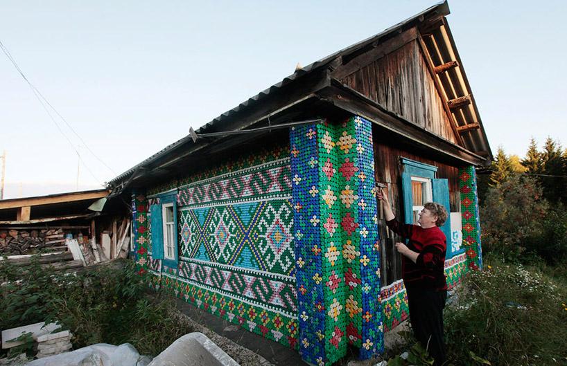 Forrar casa de madera con tapones de botellas