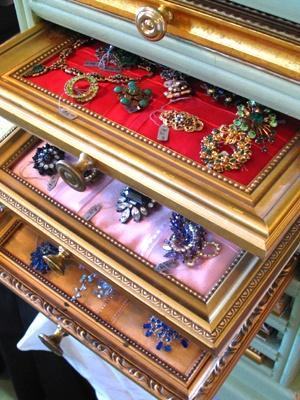 Reutilizar marcos de cuadros en joyeros