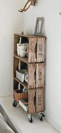 Estanterías de madera con cajas de verduras