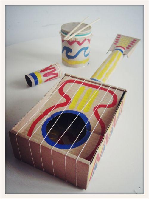 Guitarra con caja de cartón reciclada