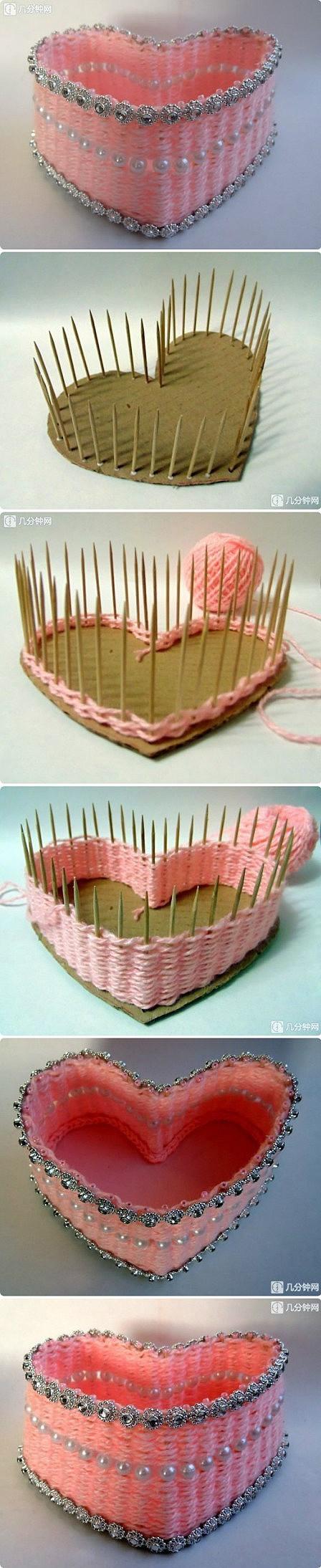 Cesta corazón con cartón, palillos y lana vieja