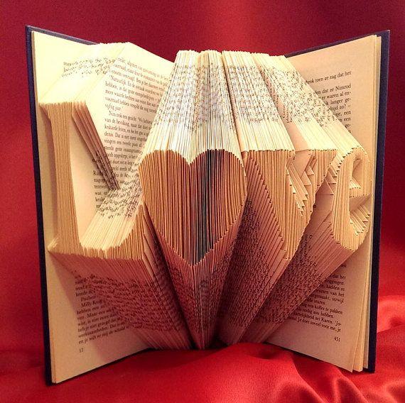 Libro original reutilizado con mensaje de amor
