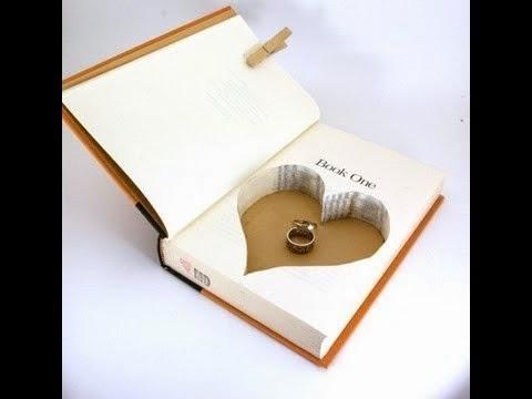 Estuche de anillo de pedido con libro viejo