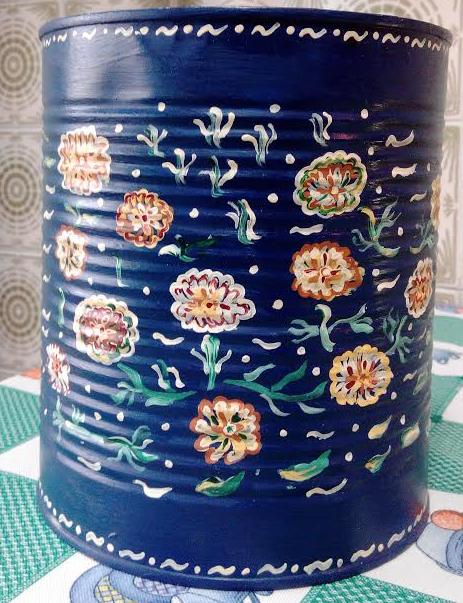 Jarrón pintado a mano con lata de conservas