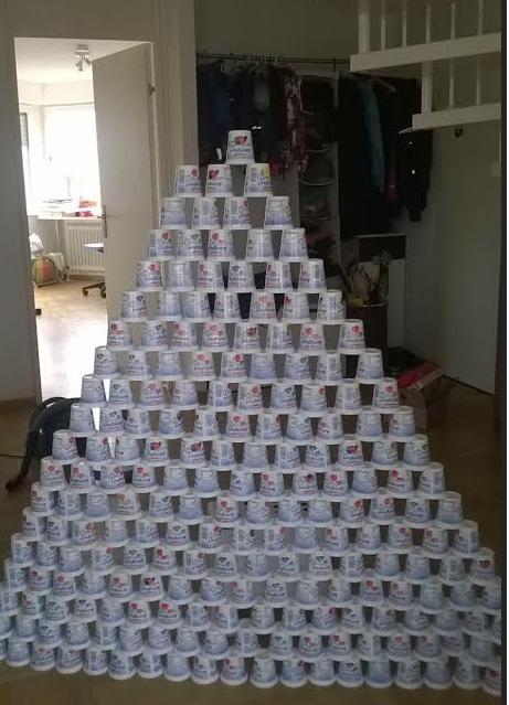 Muralla con envases de yogurt
