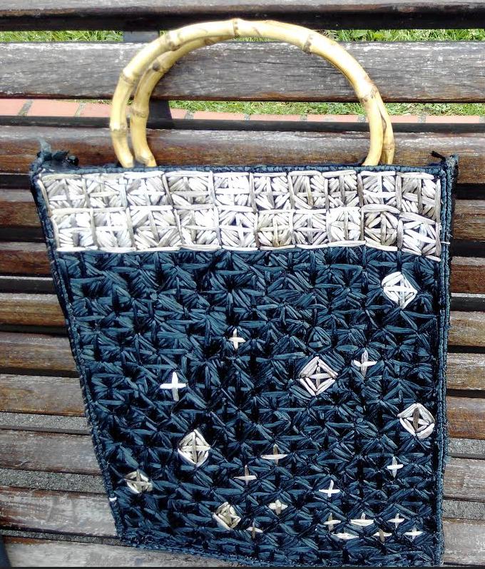 Bolso con rejilla de tapiz y bolsas de plástico