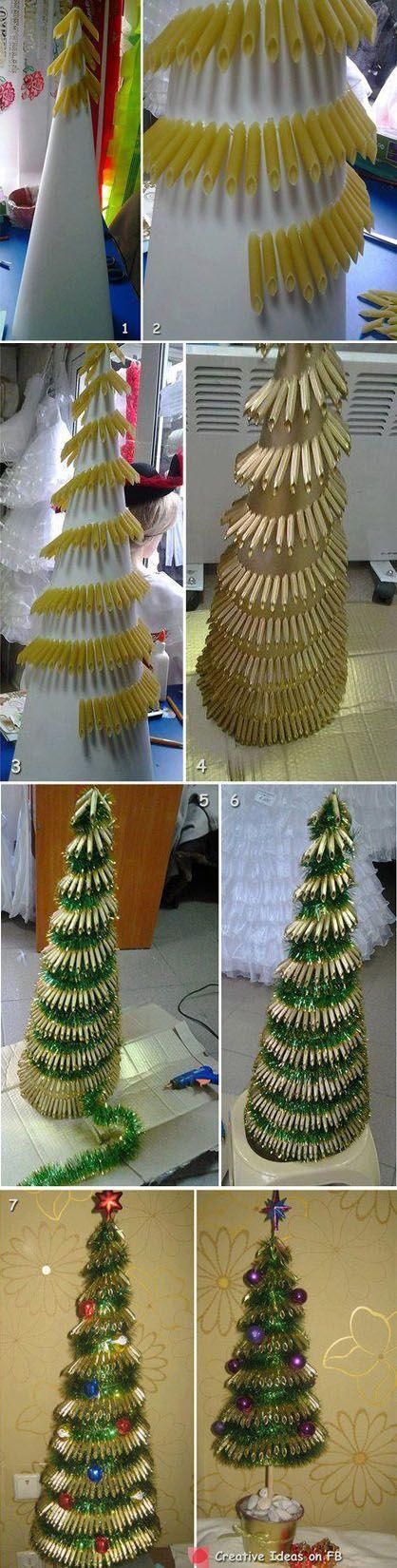 Árbol de Navidad con macarrones caducados