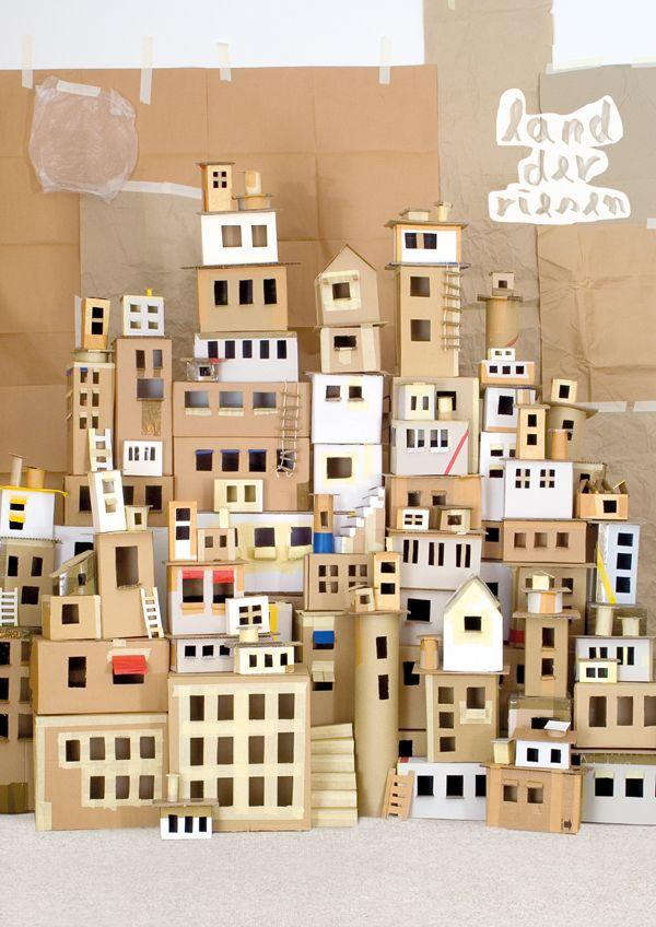 Ciudad pequeña con cajas de cartón