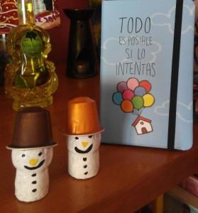 Muñecos de nieve con corchos de champán y nespresso