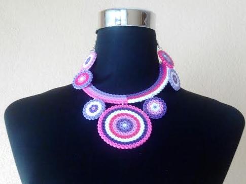 Collar circular con mandalas de circulos con hamabeads