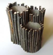 Organizador de bolígrafos con tubo de cartón y ramas de árboles
