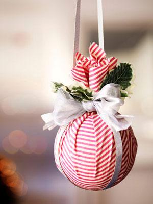 Reutilizar telas viejas en bolas para árbol de Navidad