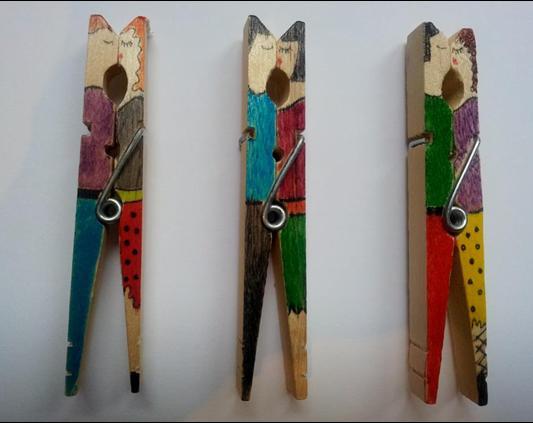 Parejita pintada en pinzas de madera