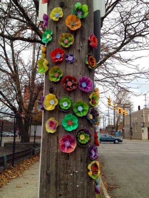 Decoración para árboles con flores de botellas plásticas