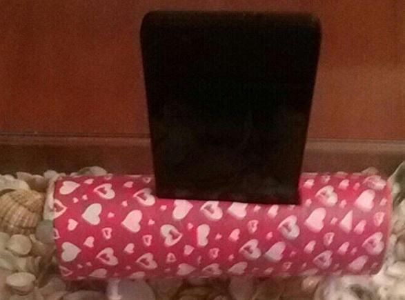 Soporte para teléfono móvil con tubo de cartón y chinchetas de colores