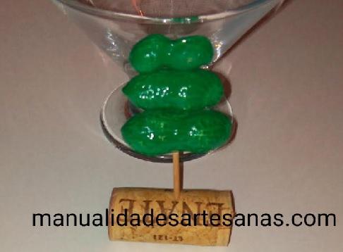Mini árbol de Navidad con cáscaras de cacahuetes, corcho y palillo