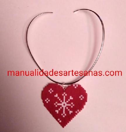 Colgante de mandala copo de nieve forma corazón rojo de hama beads