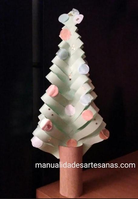 Árbol navideño con tubo de cartón y papel reciclado