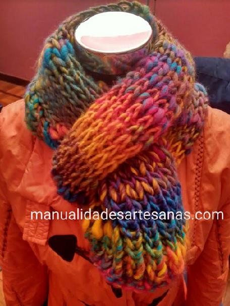 comprar baratas 7cf4a dfffa Bufanda de punto fácil con lana gruesa reutilizada y agujas ...