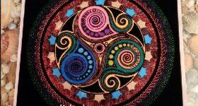 Mándala símbolo celta trisquel pintado con rotuladores