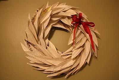 Corona de Navidad con papel de periódico