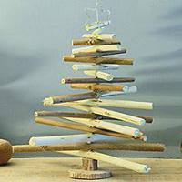 Árbol de Navidad con ramas recicladas