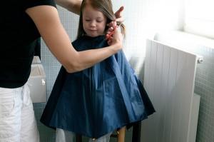 Capa para cortar y teñir el pelo con paraguas reciclado
