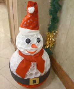 Muñecos de nieve con vasos de plástico reciclados