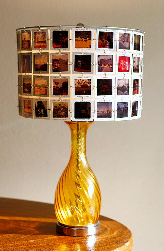 Lámpara con postales de viajes recicladas