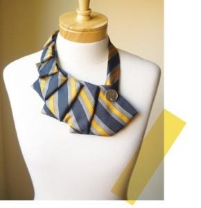 Corbata vieja reciclada en collar