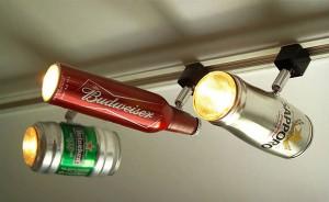 Focos halogenos con botellas y latas recicladas