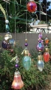 Decoración navideña con bombillas de distintos tamaños