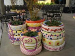 Maceteros de dise o exterior jardineras con ruedas de coche pintadas - Jardineras con ruedas ...