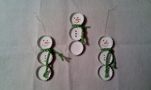 Adornos árbol Navidad: muñecos de nieve con chapas de cervezas