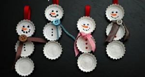 Adornos de muñecos de nieve con chapas de cerveza
