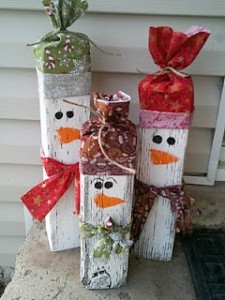 Muñecos de nieve navideños con madera reciclada