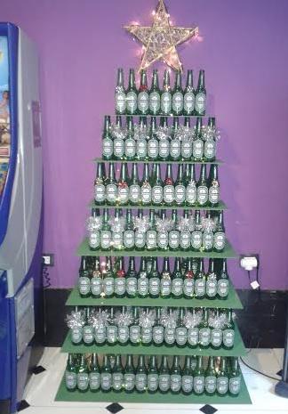 Árbol navideño con cascos cerveza para decorar bar