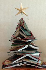Árbol navideño con libros viejos