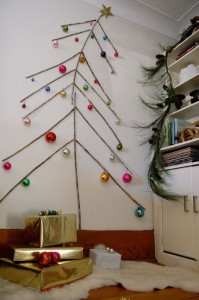 Árbol navideño de pared con palos de madera