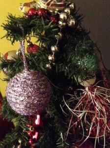 Bolas de Navidad plateadas con papel albal reciclado
